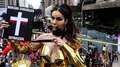 'Crucificada' em 2015, modelo leva bíblia para a Paulista