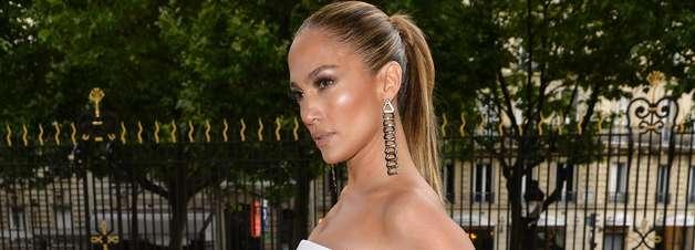 Jennifer Lopez usa 'vestido-calça' em desfile de Versace