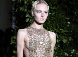 Valentino desfila transparência e amarrações em Paris