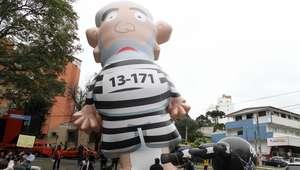Boneco de Lula presidiário é montado em frente à Lava Jato