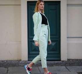 Conforto fashion: 10 looks com tênis para você se inspirar