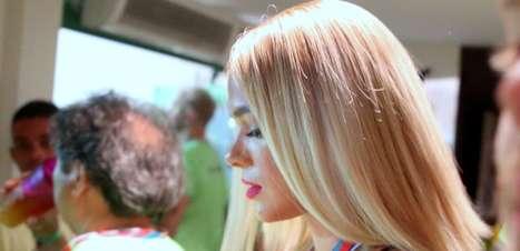 Bruna Marquezine surge de peruca loira em Salvador