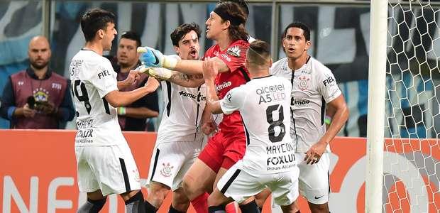 Cássio pega pênalti, Corinthians bate Grêmio no RS e dispara
