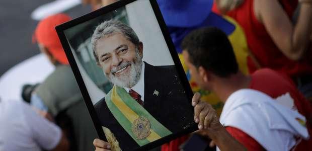 Com Haddad e Dilma, PT protocola candidatura de Lula no TSE