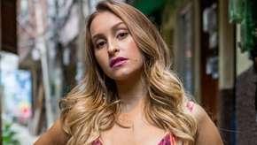 """Carla Diaz deixa seios à mostra na TV: """"o peito é meu mesmo"""""""