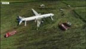 Avião pousa em milharal após choque com pássaros; assista