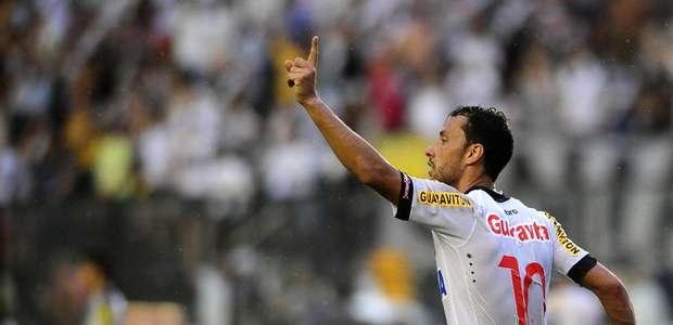 Vasco supera Santos e campo encharcado e respira na Série A