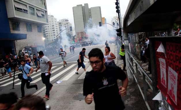 PM dispersa protesto do MPL na Paulista com bombas de gás