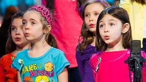 Niños sobrevivientes del tiroteo en Newtown graban canción