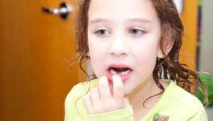 ¿Se deben arrancar los dientes de leche tambaleantes?