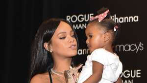 Rihanna tira foto com fãs em lançamento de perfume masculino