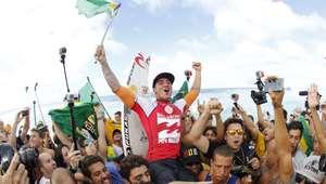 Gabriel Medina é campeão mundial de surfe e faz história