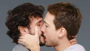 """Dia dos Namorados: campanha tem """"beijaço"""" gay entre atores"""