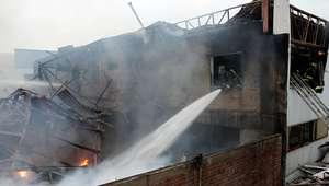 Voraz incendio afecta a fabrica de muebles en La Reina
