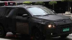 Disfarçado, novo carro da Fiat chama atenção nas ruas de SP