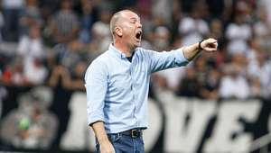 Cruzeiro intensifica busca para fechar com Mano Menezes
