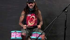 Baterista profesional cumple reto de tocar batería de niños