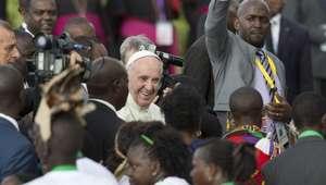 Papa inicia gira en 3 de los países más peligrosos de África