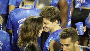 Klebber Toledo e Iozzi trocam beijos em desfile das campeãs