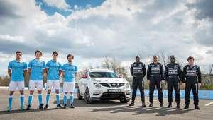 Estrellas de fútbol se convierten en pilotos de autos Nissan