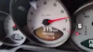 Vídeo: Conducía su Porsche a 315 kmh y lo adelantó una moto