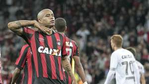 Atlético-PR bate o Figueirense e deixa a lanterna