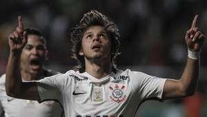 Corinthians vence lanterna e encosta no líder Palmeiras
