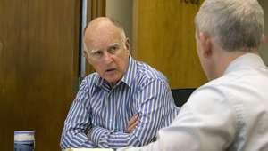 California: gobernador firma leyes de armas