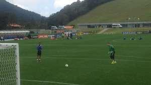 Gabigol provoca Prass em treino da Seleção e ganha resposta