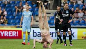 Exjugador Lars Elstrup irrumpe desnudo en un partido en ...