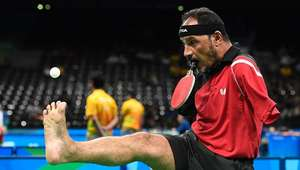 Así juega al tenis de mesa con la boca un atleta ...