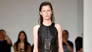 OLIVIER THEYSKENS desfila na semana de moda de Paris ...
