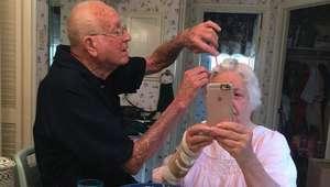 Este vovô arranja o cabelo de sua mulher que foi operada ...