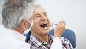 Adultos mais idosos podem ser suscetíveis à boca seca