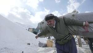 Risco na neve com dezenas de quilos nas costas: a vida ...