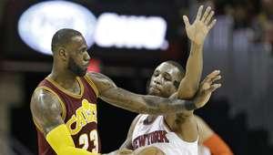 Nuevo ´triple-doble´ de LeBron y los Cavs superan a Knicks