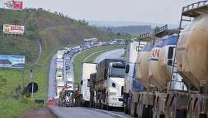 Motorista enfrenta congestionamento rumo ao litoral paulista