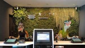 Un hotel de Tokio pone como recepcionistas a dos ...