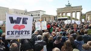 Milhares saem às ruas em cidades ao redor do mundo ...