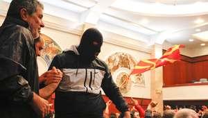 Multidão invade parlamento da Macedônia e agride deputados
