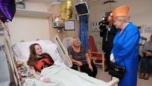 Rainha visita feridos em hospital infantil de Manchester