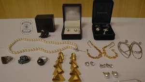 PF apreende 15 joias na casa da irmã de Adriana Ancelmo