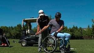 Otávio Mesquita visita um campo de golfe para cadeirantes
