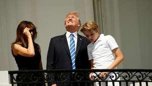 Trump contraria indicação e olha para eclipse sem óculos