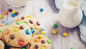 Cookies coloridos no micro-ondas