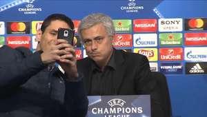 Mourinho tenta se esquivar de selfie após coletiva