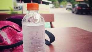 Como manter a água gelada dentro da garrafa por mais tempo