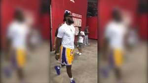 LeBron é aplaudido em visita a jogo dos Lakers