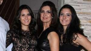 Fotos: Fátima Bernardes curte férias com filhas em Barcelona