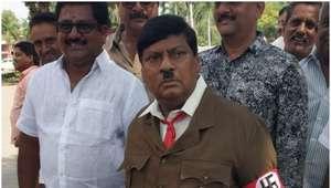 Político se veste de Hitler para criticar ministro na Índia